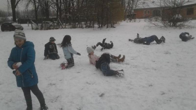 Szánkóztak, a hóban játszottak az iskolások – fotók, videók