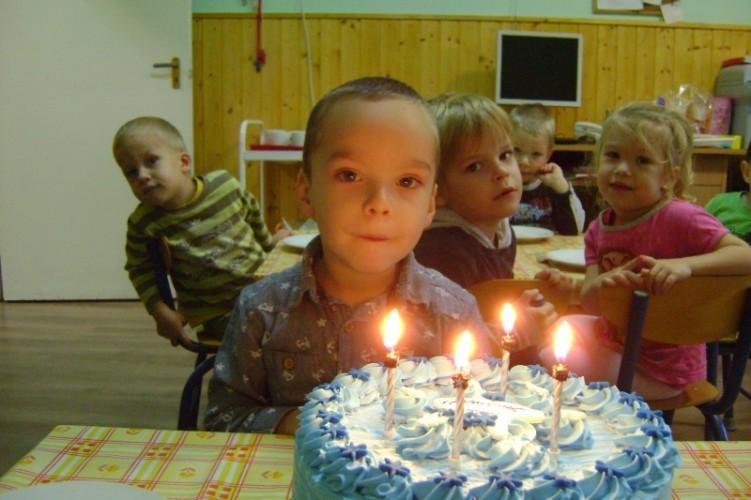 Horváth Olivért köszöntötték az óvodában 4. születésnapja alkalmából