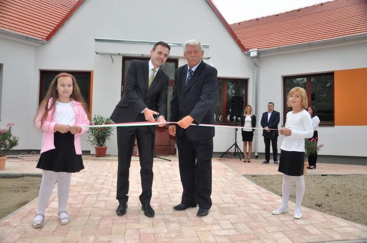 A tanévnyitón adták át a felújított iskolát, óvodát, konyhát és az új játszóteret