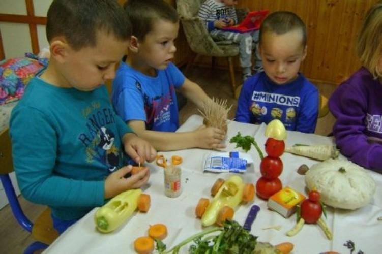 Egy nap az óvodában: zöldségszobrászat és udvari munkák