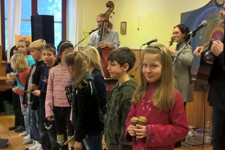Rendhagyó énekórát tartott az iskolásoknak a Garabonciás együttes