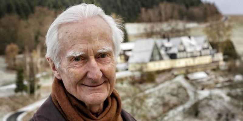 Elhunyt Jálics Ferenc jezsuita szerzetes, Fricke Emil unokája