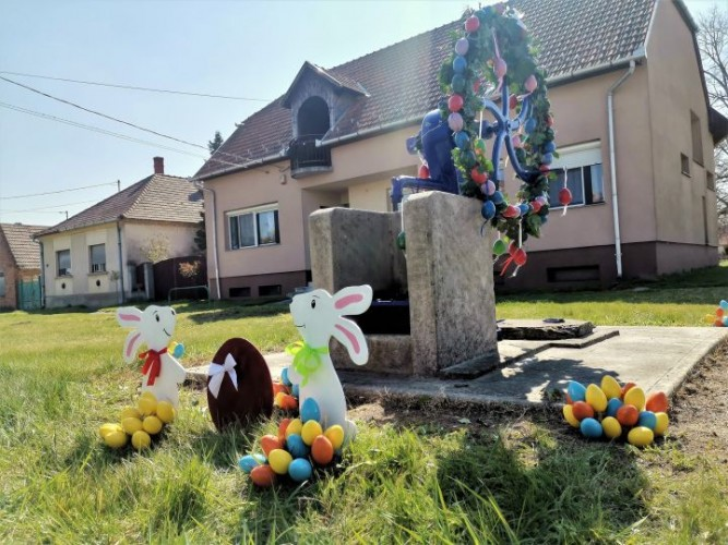 Húsvéti díszbe öltöztették a kutat