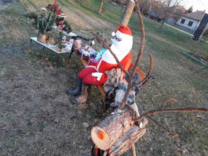 Mikulás, hóember és szarvas a kereszteződésben