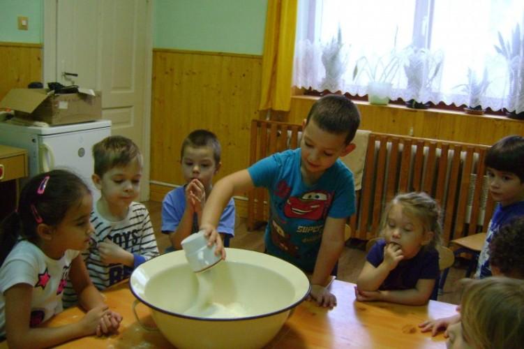 Süteményt sütöttek, takarítottak az óvodások