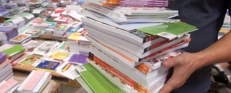 Kiosztják a tankönyveket